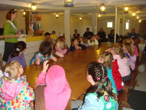 2011 Honey Queen visits Girl Scouts