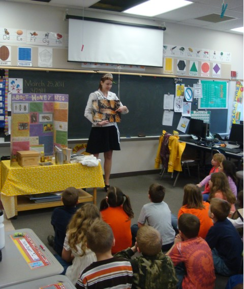 2011 Honey Queen talks to L.R. Appleman Elementary School Students